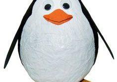 Lustige Idee: Der Luftballon hat schon die typische Kegelform des Pinguinkörper...