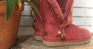 MAIA UGGS - RED CLAY  A slim leather drawstring with metal beads brings weste...