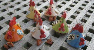 So bunt wie Ostereier sind meine Hühner glasiert. Sie dürfen draußen am Strau...