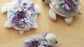 Weiße Perlschildkröte mit einer Auswahl lila Blüten. Wir haben auch ein paar ...
