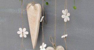 einfache aber süsse DIY Dekoration: Herzen und Blumen an Holzast aufhängen